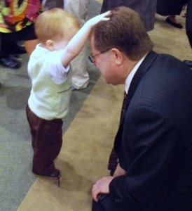 baby prays for man